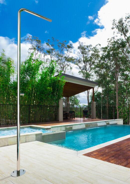 Die Außendusche SKINNY Kaltwasser besticht durch ihre schlichte Formensprachen. Im Garten, am Pool oder als Saunadusche für den Außenbereich dauerhaft geeignet. Die Dusche ist matt gebürstet und wir in kundenspezifischer Einzelanfertigung in Italien produziert. Sie verfügt über ein Kaltwasserventil und wird bodenseitig montiert. Edelstahl V4A ist Edelstahl höchster Güte und macht die freistehende Dusche zu einem wahnsinnig langlebigen Produkt.