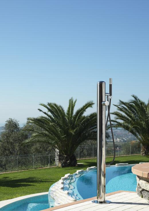 """Die Gartendusche COL90.BX ist matt gebürstet. Ihr geradliniges Design ist Markenzeichen des Herstellers FONTEALTA. Über eine 1/2"""" Kupplung wird die Außendusche an eine Kalt- und Warmwasserleitung angeschlossen. Mit der Handbrause lässt es sich im Sommer gut erfrischen. Duschen Sie sich komfortabel mit der Handbrause ab."""
