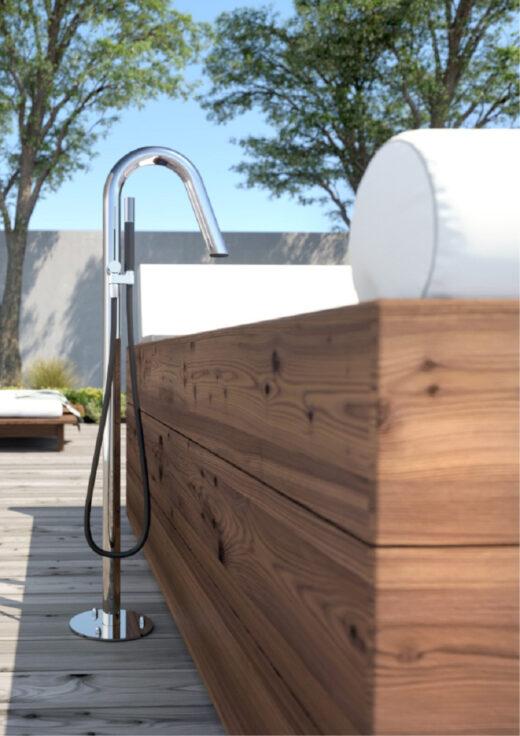 Diese spezielle Badewannenarmatur ist besonders für den Außenbereich geeignet. Sie wird von der Firma Fontealta gefertigt. Die Gartenarmatur/Badarmatur ist aus V4A Edelstahl hergestellt. Die Montage erfolgt am Boden. Lassen Sie sich ein Bad ein. Mit kaltem und warmem Wasser. Zusätzlich verfügt die Standarmatur über eine Handbrause. Viel Komfort für Ihre Garten-Badewanne. Für eine edle Gartengestaltung. Sehr modern und resistent vor jeglichen Umwelteinflüssen.