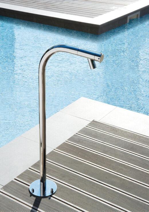 Ein formschöner Gartenwasserhahn aus matt gebürstetem Edelstahl in V4A. Das Material ist absolut korrosionsbeständig. Er wird bodenseitig montiert und verfügt über einen Kaltwasseranschluss. Ob als Fußdusche, zum Bewässern der Gartenpflanzen oder auch als Wassereinlass für ein Gartenwaschbecken nutzbar. Im Lieferumfang ist ein Schlauchanschluss mit Gewinde enthalten. FONTEALTA Duschen sind von besonders hochwertiger Qualität.