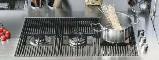 Die Gartenküche FINALMENTE GAS verfügt über einen 3 Flammen Gasherd. Sie besteht aus Edelstahl und ist besonders witterungsbeständig. Die Outdoor Küche kann in Hotels, auf Restaurantterrassen oder im Garten aufgestellt werden. Mobiles Kochen im Freien. Die Küche ist fahrbar und kann schonend abgedeckt werden. Zudem besitzt sie einen Kühlschrank, eine Spüle, Abfallsystem und viel Stauraum.