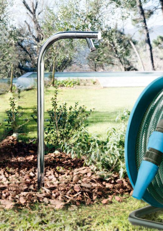 Ein formschöner Gartenwasserhahn aus matt gebürstetem Edelstahl in V4A. Das Material ist absolut korrosionsbeständig. Er wird bodenseitig montiert und verfügt über einen Kaltwasseranschluss. Ob als Fußdusche, zum Bewässern der Gartenpflanzen oder auch als Wassereinlass für ein Gartenwaschbecken nutzbar. Im Lieferumfang ist ein Schlauchanschluss mit Gewinde enthalten. FONTEALTA Duschen sind von besonders hochwertiger Qualität. Der Gartenwasserhahn kann in sandigen Boden oder auf einer Rasenfläche einbetoniert werden.