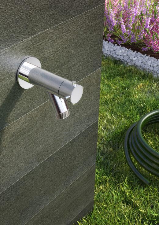 Dieser schlichte Gartenwasserhahn W10.HB.L/BX Kaltwasser der Firma Fontealta fügt sich unauffällig in Ihre Gartengestaltung ein. Der Wasserhahn ist aus matt gebürstetem Edelstahl V4A gefertigt. Damit hält er jeglichen Umwelteinflüssen stand und ist zu 100% rostfrei. Die Fontealta Produkte werden ohne Ausnahme in Italien produziert. Montieren können Sie den Hahn an jeder belieben Wand. Mit seinem Gewinde dient er mittels Schlauchanschluss der Pflanzenbewässerung.