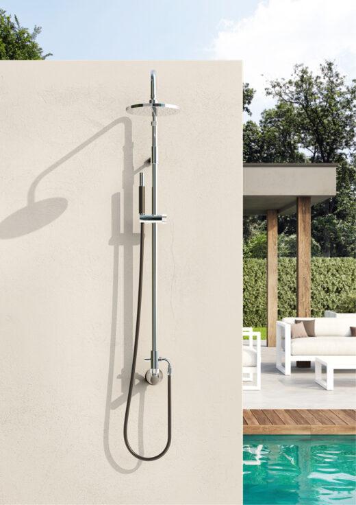 Die Kaltwasser Dusche W52.E.BX ist besonders für den Außenbereich geeignet. Für Sauna-Freunde oder am Pool. Die Dusche ist für die Wandmontage vorgesehen. Das Edelstahl Material ist besonders umweltresistent und hält Rost stand. Über ein Kaltwasserventil regeln Sie die Wasserzuleitung. Auch im Winter kann die Wanddusche entleert im Außenbereich verbleiben. Sie ist zusätzlich mit einer Handbrause ausgestattet.
